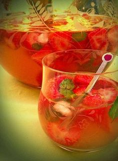 Die Erdbeerbowle mit dem sagenhaften Aroma, ein sehr leckeres Rezept aus der Kategorie Bowle. Bewertungen: 61. Durchschnitt: Ø 4,6. Punch Bowls, Strawberries