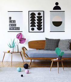 O ambiente formado por móveis cinquentistas de linhas finas – como o sofá Studio, criado por Lucian Ercolani para a britânica Ercol –, ganha um sopro de contemporaneidade e diversão ao ser confrontado com elementos ultracoloridos e ousados (Foto: Reprodução)