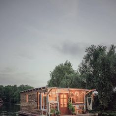 Casa flotante Floating House, Houses, Cabin, House Styles, Decor, Houseboats, Sustainable Tourism, House On Wheels, Modern Pools
