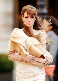 アンジェリーナ・ジョリーが「ツーリスト」で着てたこの服が綺麗だった
