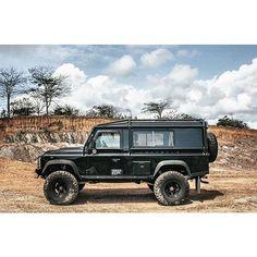 Land Rover Defender 110 Td4 hard-top.