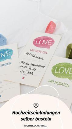 Wer seiner Hochzeit eine individuelle Note geben möchte, kann schon mit der Gestaltung der Einladungskarten anfangen. Wir zeigen Euch wie Ihr Hochzeitseinladungen selber basteln könnt und dank unserer Printables braucht Ihr auch nicht viel Geschick oder Zeit, sondern nur ein bisschen Kreativität. Place Cards, Place Card Holders, Note, Wedding Gifts For Guests, Perfect Wedding