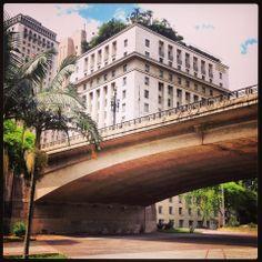 Viaduto do Chá e, ao fundo, a Prefeitura de São Paulo