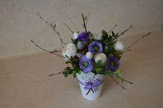 Črepník v kombinácii bielo- fialovej .Je dozdobený umelými kvetmi, perím , prutím, stužkou. Krásna dekorácia pre milovníkov.. Vase, Home Decor, Homemade Home Decor, Flower Vases, Jars, Decoration Home, Vases, Interior Decorating, Jar