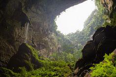Quang Binh, Vietname  A Son Doong, na província de Quang Binh, é a maior caverna do mundo, e é agora, pela primeira vez, acessível aos turistas, graças ao operador turístico Oxalis .