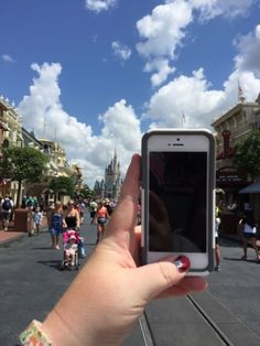 22 helpful ways to keep your cellphone charged on your Disney vacation! You don't want a dead phone in the parks! You need it for pictures and the MyDisneyExperience App for park maps, booking Fastpasses and more! Disney World 2017, Walt Disney World Vacations, Disney Trips, Disney Parks, Disneyland Hacks, Disney Worlds, Disney Travel, Disney Cruise, Disney Vacation Planning