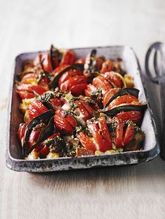 Baked hasselback tomatoes - This recipe is ready in under an hour, super easy, and makes a great side dish. This dish combines classic flavours that everyone will love.