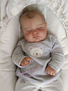 Reborn babies are so cute Bb Reborn, Reborn Baby Boy Dolls, Silicone Reborn Babies, Silicone Baby Dolls, Newborn Baby Dolls, Cute Baby Dolls, Little Babies, Cute Babies, Bebe Love
