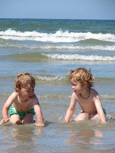 2 kindjes die met water spelen