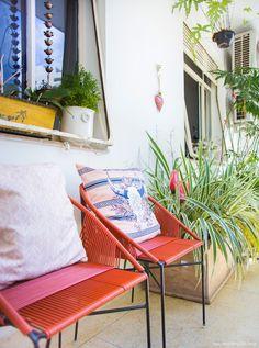 Mix de estilos e épocas na decoração de um apartamento bem pessoal, com direito a papel de parede, móveis antigos, muitas cores e inspiração de sobra.