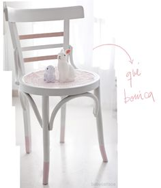 BabyCatFace: DIY: CÓMO RECUPERAR UNA VIEJA SILLA Outdoor Tables, Outdoor Decor, Bistro Chairs, Chair Makeover, Cafe Design, Vanity Bench, Painted Furniture, Sweet Home, Outdoor Furniture