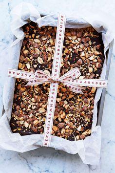 Kolasmaken passar ypperligt ihop med torrostade salta mandlar. Perfekt som present! Foto Susanna Blåvarg. http://www.lantliv.com/mat-vin/messmorstryffel-med-salta-mandlar/