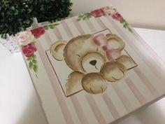 Caixa em mdf sem divisórias pintada a mão com ursinha na tampa <br>Dimensões do produto:25x25x15cm