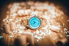 Puzdro hodiniek je vyrobené z olivového dreva a chirurgickej ocele, z ktorej je tiež vyrobená korunka. Remienok je taktiež kombináciou chirurgickej ocele a olivového dreva. Ciferník je vyrobený z perlete. Hodinky majú luminiscenčné ručičky, ktoré svietia v tme. Vŕšok puzdra je zakrytý tvrdým minerálnym sklíčkom, ktoré ho chráni pred poškodením. Minerálne sklíčko a odolnosť voči ošpliechaniu (3ATM) robia tieto hodinky vhodnými na každodenné nosenie.  #drevenehodinky#wood#woodenwatch#watch#doplnok Wood Watch, Amalfi, Ale, Watches, Accessories, Wooden Clock, Wristwatches, Ale Beer, Clocks