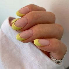 Semi-permanent varnish, false nails, patches: which manicure to choose? - My Nails Cute Acrylic Nails, Cute Nails, Pretty Nails, Glitter Nails, Hair And Nails, My Nails, Red Tip Nails, Yellow Nails, Minimalist Nails