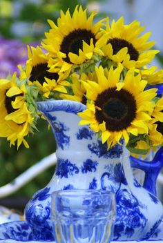 Yellow sunflowers in a blue china bowl and pitcher. #blueandyellow #sunflowers #countrycharm