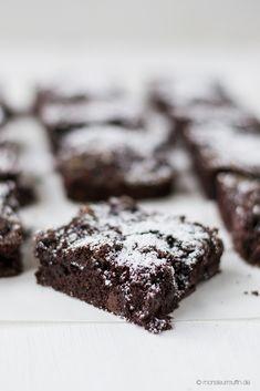 Schoko Brownies mit Salzkaramell und Kirschen © monsieurmuffin