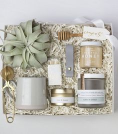 9 Stylish Companies That Are Making Gift Boxes Cool - - Creative gifting just got easier. Get up close and personal with these impeccable curated gift boxes and turn your gifting skills up a notch. Gold Gift Boxes, Custom Gift Boxes, Customized Gifts, Custom Gifts, Wedding Gift Boxes, White Gift Boxes, Wedding Gifts, Diy Gifts For Mom, Gifts For New Moms