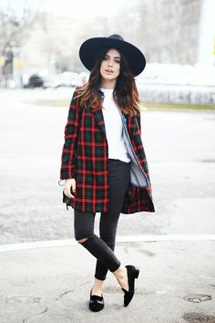 Autumnal outfit with the red plaid jacket layered over a white tee, chambray top, black trousers, and black loafers. Fashion Mode, Look Fashion, Womens Fashion, Fashion Fall, Estilo Hipster, Hipster Jeans, Hipster Style, Mode Swag, Mode Lookbook