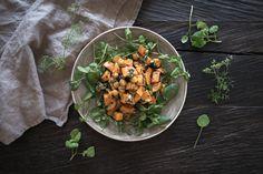 Süsskartoffel-Kichererbsen Salat an einem Koriander-Nuss-Dressing