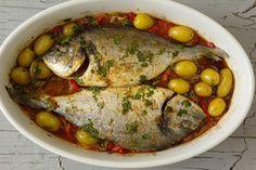 Cinco Quartos de Laranja: Dourada assada no forno à Portuguesa Fish Stew, Baked Fish, Portuguese Recipes, Appetisers, Fish Dishes, Fish And Seafood, Pot Roast, Dinner Recipes, Pork