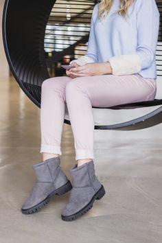 Flauschig-warme Winterstiefel in schönem Grau. Diese trendigen Boots lassen sich jetzt im Winter ideal zu Hosen oder Kleidern kombinieren! paul-green.com #paulgreen #winterboots #warmboots Paul Green, Ankle, Fashion, Warm Winter Boots, Ladies Shoes, Grey, Trousers, Nice Asses, Moda