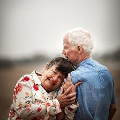 Older Couple Poses, Older Couples, Couple Photoshoot Poses, Couple Posing, Couple Shoot, Old Couple Photography, Extended Family Photography, Family Photo Sessions, Wedding Photography Poses