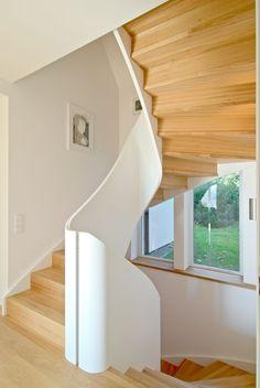 MELBY Odin //  Odin med massiv vangeskive, der bærevange og rekkverk er i en del. Her vises den i hvit utførelse, med svingstykker i alle hjørner. Stair Railing, Stairs, Railings, Backdrops, Windows, Traditional, How To Plan, Design, Home Decor