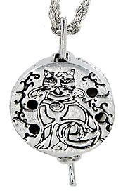 """Kitty Диффузор подвеска $ 14.95  кошка  в кельтском стиле украшает этот диффузор на 24 """"родия цепи, с шестью сменными площадками диффузора, для вашего любимого масла или аромата разместить его внутри диффузора, как ожерелье, или  в качестве освежителя воздуха.  1-1 / 2 """"долго и 7/8"""" в ширину."""