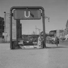 Berlin-Charlottenburg. Hardenbergstraße mit Zugang zur U-Bahn-Station. Blick nach Nordwest zum Bahnhof Zoologischer Garten 1953