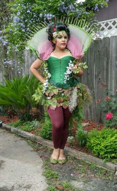 DIY Little Shop of Horrors Venus Fly Trap Costume Idea DIY Little Shop of Horrors Venus Fliegenfalle Horror Halloween Costumes, Cute Couple Halloween Costumes, Creepy Costumes, Family Costumes, Halloween Cosplay, Halloween 2017, Halloween Stuff, Halloween Ideas, Lil Shop Of Horrors