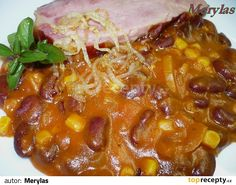 Sterilované fazole, mražená kukuřice, uzené maso a orestovaná cibulka.