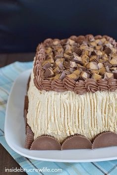 Best Chocolate Peanut Butter Cake - peanut butter frosting and peanut butter cups make this homemade chocolate cake the best cake ever. Make this easy recipe for every birthday party! Best Chocolate, Homemade Chocolate, Chocolate Peanut Butter, Chocolate Desserts, Cake Chocolate, No Bake Desserts, Delicious Desserts, Cake Recipes, Dessert Recipes