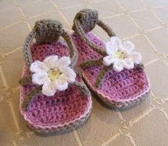 Sandalias de crochet con flor