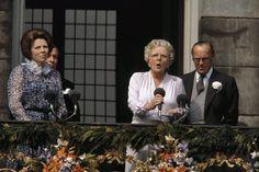 Troonswisseling 30 april. Na abdicatie verschenen koningin Beatrix en prinses Juliana op het balkon van het Paleis op de Dam 30 april 1980
