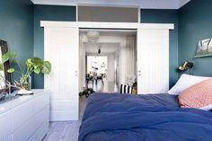 En Suède, les murs ne sont pas toujours blancs - PLANETE DECO a homes world Bed, Furniture, Home Decor, White Walls, Home Decoration, Bedroom, Decoration Home, Stream Bed, Room Decor
