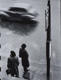 Bus Stop, London 1952 © Elliott Erwitt / Magnum Photos. Vintage Photography, Film Photography, Street Photography, Henri Cartier Bresson, Documentary Photographers, Famous Photographers, Elliott Erwitt Photography, Vintage London, White Picture
