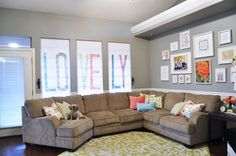 Give your windows a trendy look with these DIY roman shades! Buying custom made roman shades can be expensive but these detailed tutorials are here to help! Diy Window Blinds, Blinds For Windows, Window Treatments Living Room, Living Room Windows, Roman Shade Tutorial, Diy Roman Shades, Diy Home Decor, Room Decor, Decor Crafts