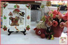 Quadro Natalino Quadrado  Quadro de MDF decorado com papel natalino, relevo e apliques de fita aramada. Tamanho: 15 cm de altura e 15 cm de largura.  Disponibilidade: Sob encomenda