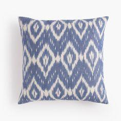 Cojín Ikat azul. Blue Ikat cushion.