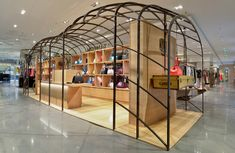 dk - The first and only pop-up store/flash retail specialist in Denmark. Moynat pop-up store, Galeries Lafayette in Paris. Kiosk Design, Retail Design, Store Design, Tienda Pop-up, Visual Merchandising, Wallpaper Magazine, Shop House Plans, Retail Shop, Retail Displays