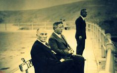 Atatürk, açılışını 3 Kasım 1936'da törenlerle yaptığı Çubuk Barajı'nda...hemen yanında Cevat Abbas Gürer...  Çubuk Barajı, Atatürk'ün direktifleri doğrultusunda Türk mühendisleri ve işçilerinin emeği ile yapılan Cumhuriyet'in ilk barajıdır...