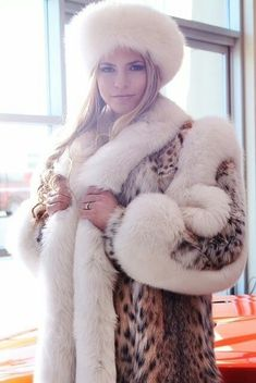 Lynx and white fox. Lynx and white fox. Lynx, Long Fur Coat, White Face Mask, Animal Fur, Fur Clothing, Fabulous Furs, Fur Fashion, Fur Collars, Fox Fur