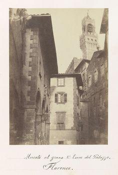 Anonymous | Mercato al grano en Torre del Palazzo in Florence, Anonymous, 1855 - 1865 | Op de achtergrond is Palazzo Vecchio zichtbaar