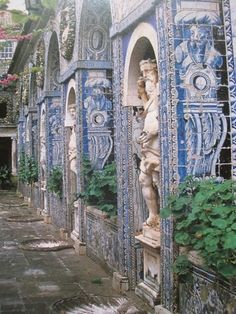 Columns, sculptures, roman arches and azuleijos at the Fronteira Palace, Lisboa #Portugal