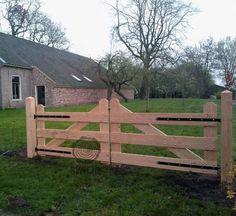 Zelf houten oprit poort maken Hoe Toeganspoort bouwen opritpoort Farm Gate, Farm Fence, Diy Fence, Front Gates, Entrance Gates, Farm Entrance, Fence Gate Design, Outdoor Walkway, Wooden Gates