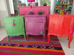 muebles pintados How to add colors to the interior? Here we save bright ideas: yellow pills, violet sofas, green carpets and fuchsia covers. Bright home decor ideas Enjoy! Small Furniture, Funky Furniture, Hand Painted Furniture, Recycled Furniture, Colorful Furniture, Paint Furniture, Furniture Styles, Furniture Makeover, Vintage Furniture