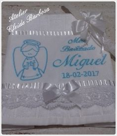 Toalha de batizado bordada com acabamento em renda guipir e laço de cetim