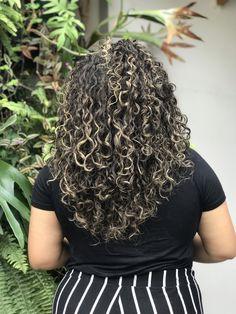 Morena iluminada cacheada natural Dreadlocks, Natural, Hair Styles, Beauty, Dyed Hair, Lights, Curls, Short Hair, Up Dos
