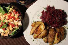 Zwischendurch dann wieder Rotkohl mit Kartoffelspalten. Neu dazu gesellt sich ein Spinatsalat, den ich auf der Stelle nehmen würde. Mich wundert es nicht, dass Johanna jetzt länger keinen Rotkohl mehr sehen kann :-)